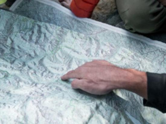 Il corso di topografia ed orientamento Muovi Sicuro ha come obbiettivi orientarsi di giorno e di notte, navigare con l'ausilio della carta e degli strumenti alla base della topografia, stabilire la propria posizione, muovere di giorno in un ambiente poco conosciuto o del tutto nuovo.