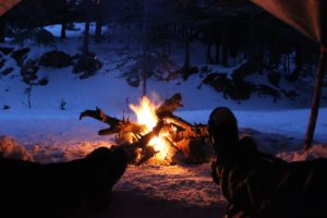 Il corso di sopravvivenza Wilderness offre ai partecipanti gli strumenti necessari a gestire le emergenze che possono presentarsi nella natura selvaggia. E' aperto a chiunque abbia compiuto i sedici anni.
